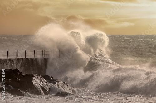 molo-i-wzbudzone-morze