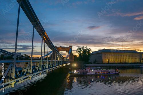 Obraz na dibondzie (fotoboard) Wycieczka statkiem pod pięknym mostem podczas zachodu słońca, most Grunwaldzki, Wrocław, Polska