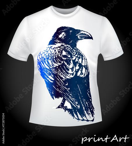 Photo  Bird of a raven on a T-shirt