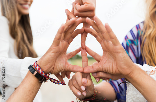 Foto  hands of hippie friends showing peace sign