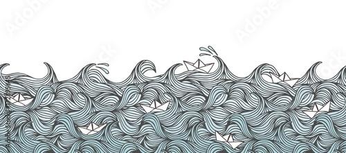 Bezszwowe transparent z ręcznie rysowanymi falami i małymi papierowymi łódkami, można układać poziomo
