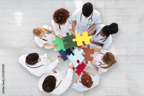 Fotodibond 3D Grupa lekarze gospodarstwa kolorowe puzzle