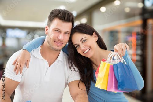 Plakat Szczęśliwa para z torbą