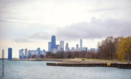 Obraz na dibondzie (fotoboard) Widok z jeziora Michigan na Chicago w pochmurno i zimnie