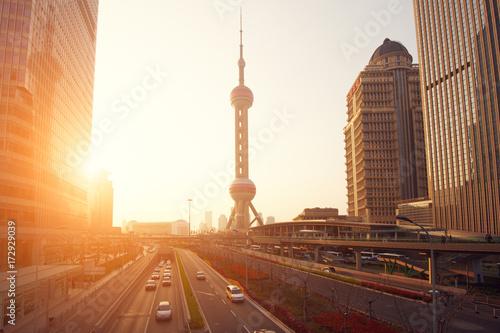 Plakat Szanghaj drapacze chmur i góruje przy zmierzchem