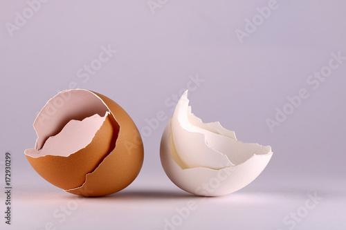 Foto auf Gartenposter Lebensmittelgeschäft Bruine en witte eierschalen