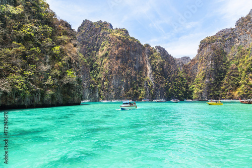 Photo View of  Pileh bay is blue lagoon with limestone rock popular bay at phi phi island in the andaman sea Krabi,Thailand