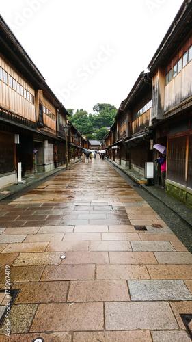 Fototapeten Schmale Gasse 雨のひがし茶屋街 石川県