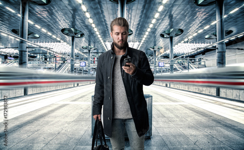 Fotografía  Reisender bei Ankunft am Hauptbahnhof mit Gebäck
