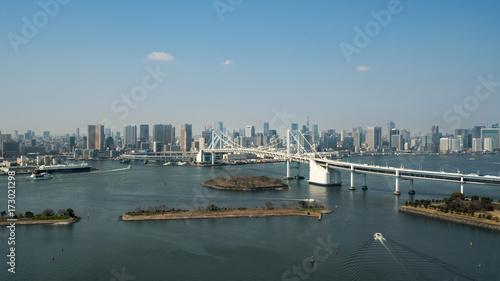 Plakat Tokio Zatoka z widokiem Tokio linii horyzontu i tęczy most w Tokyo, Japonia.