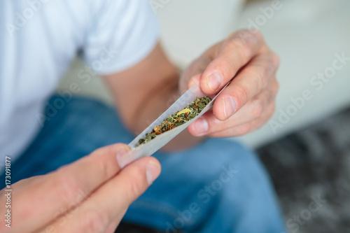 Fototapeta rolling a cigarette obraz