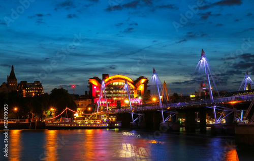 Платно The Charing Cross station and Hungerford Bridge by the River Thames at night