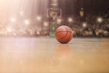košarkaška lopta ispred velike moderne košarkaške arene