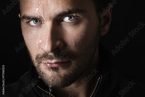 Fotografía  Acqua sul volto su sfondo nero