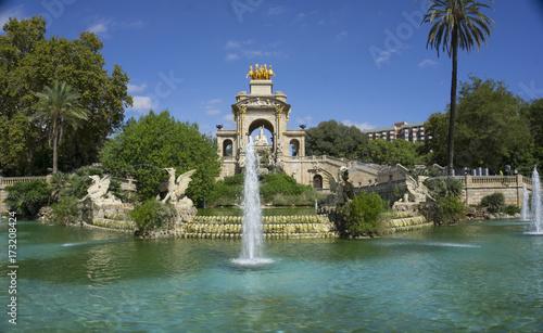 fontanna-w-parku-w-barcelonie