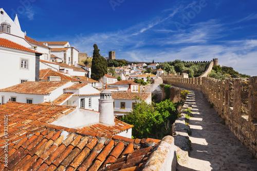 Montage in der Fensternische Dunkelbraun Obidos, Portugal. Beautiful view of old town
