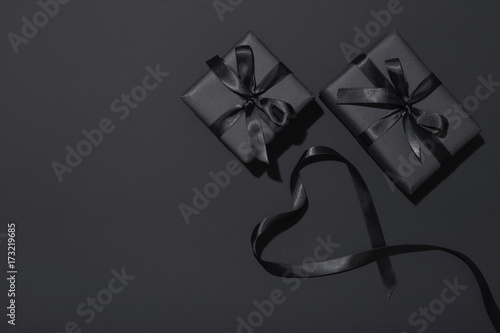 Papel de parede  Black Friday sale presents on black background