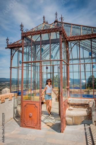 Photo Stands Ship Femme dans l'orangerie du Parc de l'Abbé Saunière