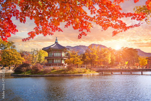 Photo Stands Autumn Maple trees with a lake at gyeongbokgung palace, Seoul, South Korea.