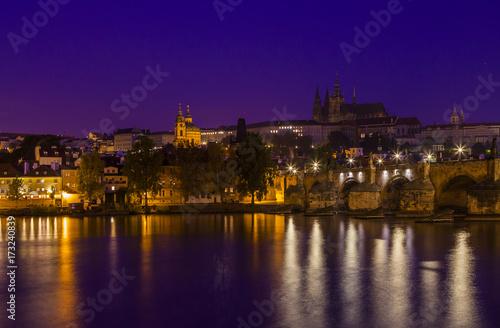 Obraz na dibondzie (fotoboard) Piękny poranek w Pradze. Rzeka Wełtawa, Most Karola i Stare miasto Praga, Republika Czeska.