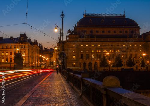 Plakat Nocne miasto. Historyczne centrum Pragi w nocy.