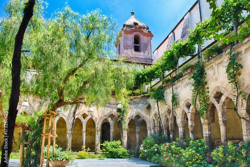 The scenic cloister of San Francesco d'Assisi Church in Sorrento, Italy Fotobehang