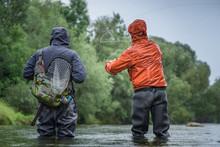 Angler Mit Wathose Und Watjacke Im Wasser Beim Angeln Mit Fliegenrute Bei Regen Im Klaren Fluss Stehend Und Werfend