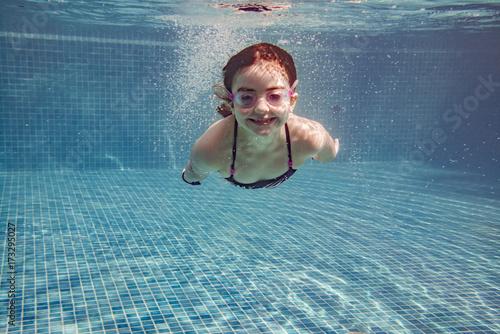 Plakat Mała dziewczynka nurkowanie w basenie