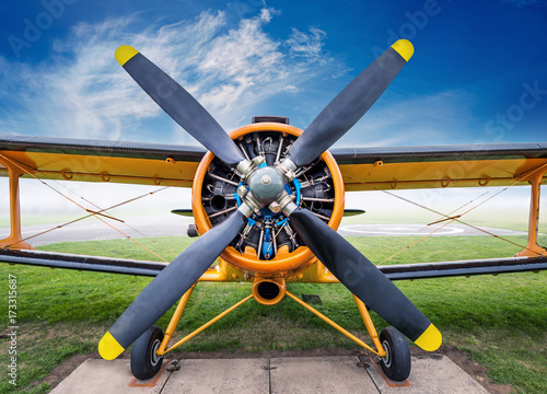 Photo frontview of an biplane