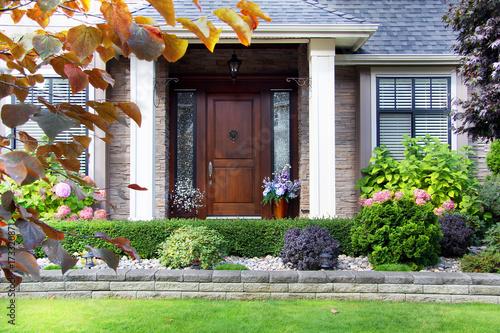 Plakat Drzwi przednie z pięknym luksusowym domu.