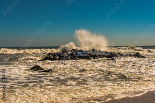 Fotografia, Obraz  Waves Smash up Against the Rocks