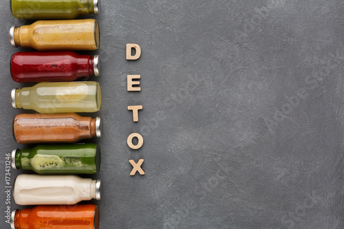 Fotomural Assortment of detox smoothies in glass bottles on gray background