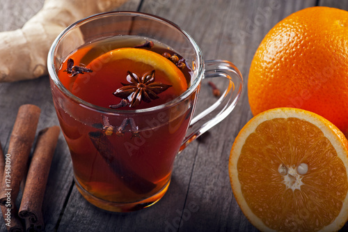 Plakat gorąca herbata z przyprawami i pomarańczami