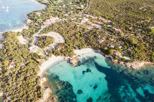 spettacolare vista aerea della spiaggia di Capriccioli in costa Smeralda in Sardegna Wallpaper Mural