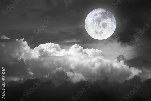 dramatyczny-atmosfera-panoramy-widok-piekny-niebo-i-chmury-w-czarny-i-bialy-p