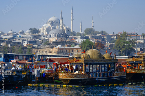 Foto  View of Istanbul with boats in the foreground and Suleymaniye Camii (Mosque)