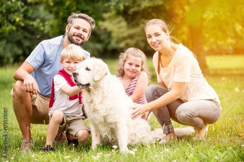 Plakat Rodzina z golden retriever psem jako zwierzę domowe