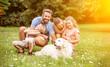 canvas print picture - Familie und Kinder mit Hund im Garten