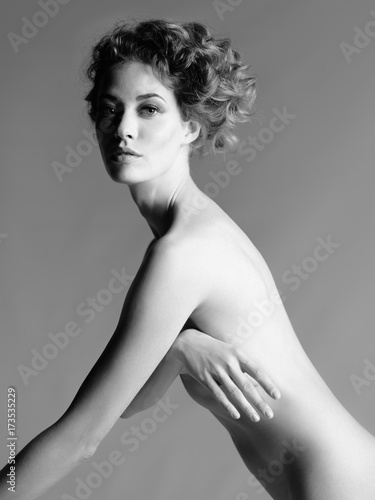 Poster womenART Nude woman with elegant hairstyle on gray background
