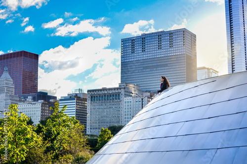 Obraz na dibondzie (fotoboard) Żeński turystyczny patrzeje Chicagowski pejzaż miejski
