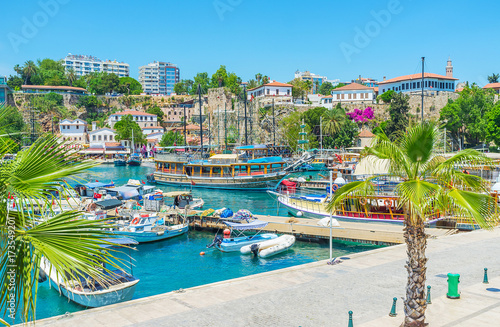 La pose en embrasure Turquie Antalya cityscape with ships and yachts