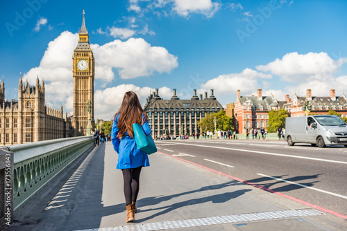 Poster Londres London city urban lifestyle tourist woman walking. Businesswoman commuting going to work on Westminster bridge street early morning. Europe travel destination, England, Great Britain, UK.