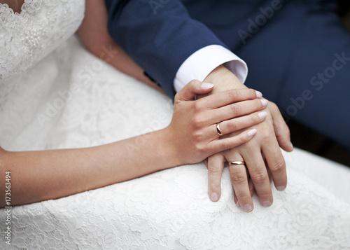 Zdjęcie XXL Ślub para trzymając się za ręce