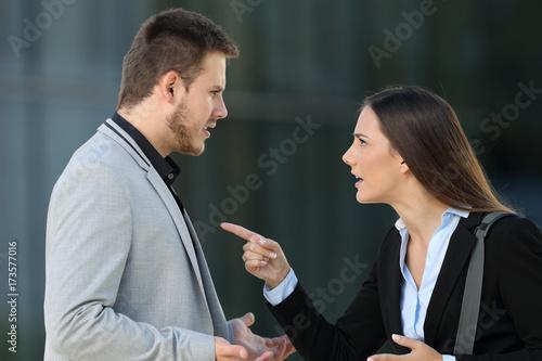 Fotografía  Couple of executives arguing on the street