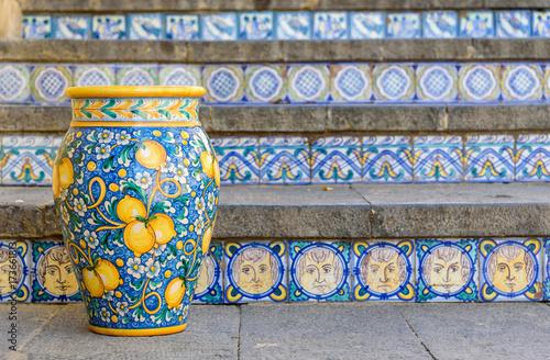 Fotografía  ceramic vase on the staircase in Caltagirone, sicily, italy