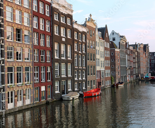 Photo  houses with Dutch-style architecture on the Canal of Amsterdam i
