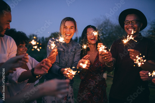 Fotografía Group of friends enjoying out with sparklers