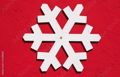 Fotografia  Fiocco di neve isolato su sfondo rosso
