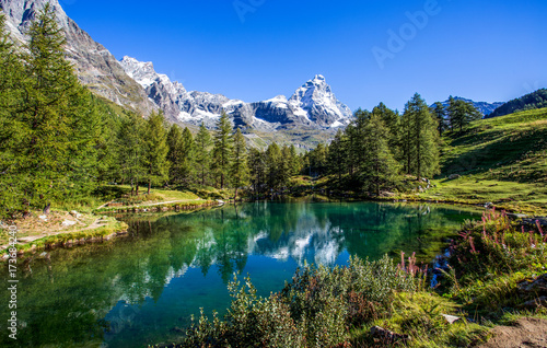 Photo View of the Blue lake (Lago Blu) near Breuil-Cervinia and Cervino Mount (Matterh