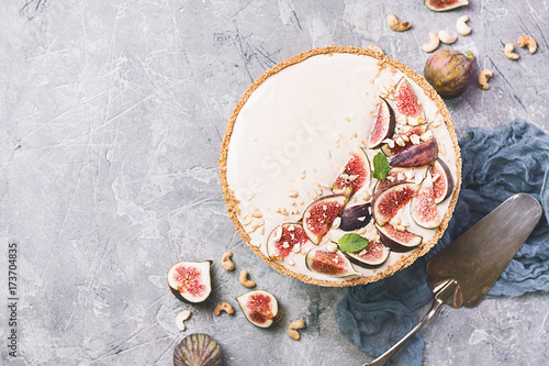Valokuva  Delicious Tart with fresh figs